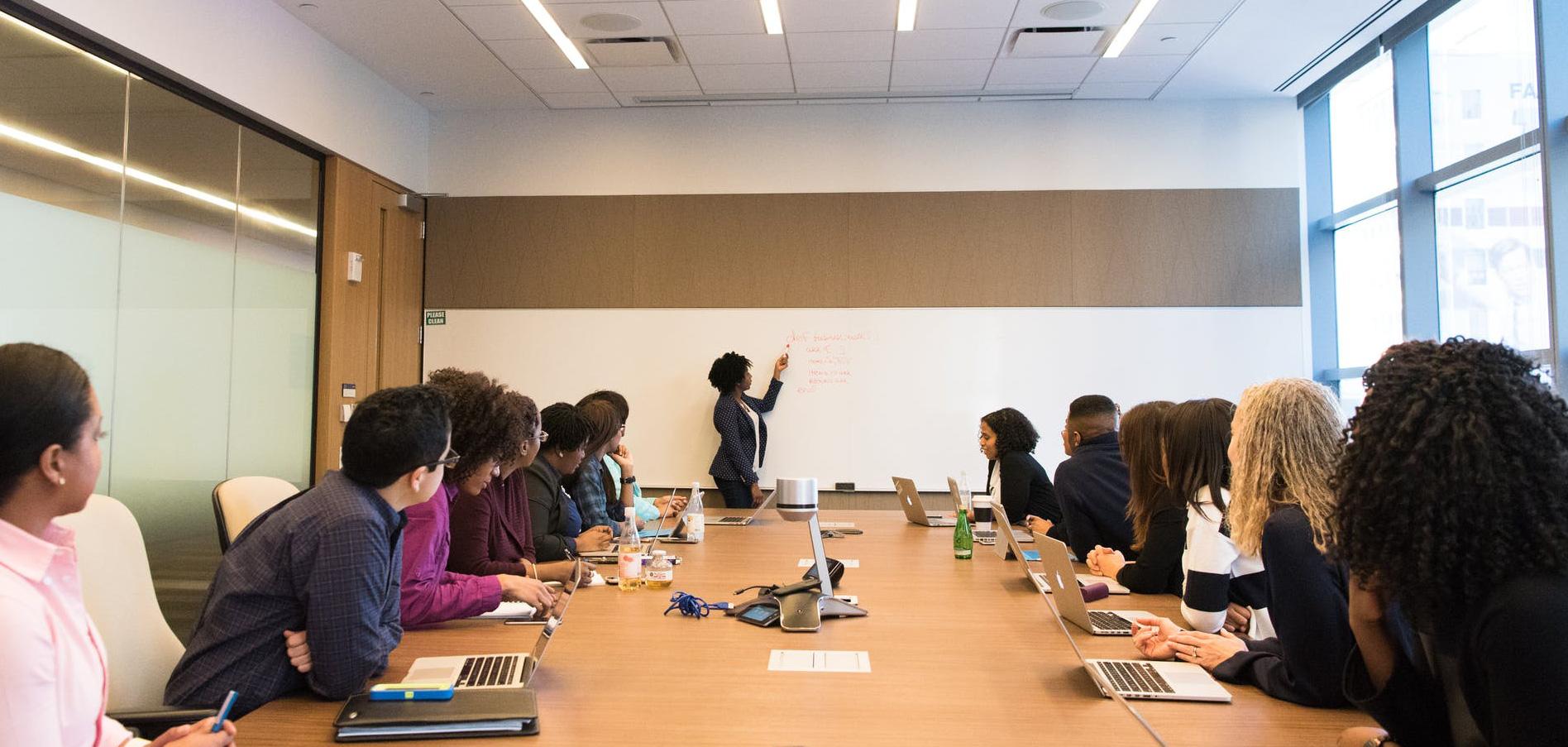 Un groupe d'individus diversifiés participant à une réunion