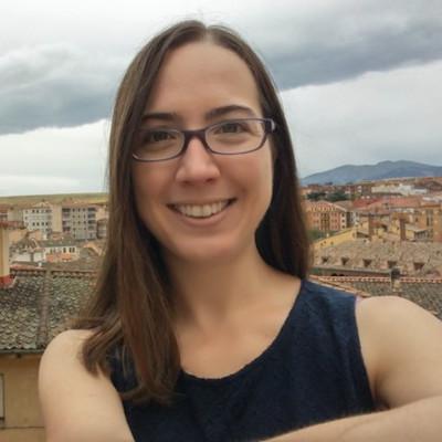 Une femme souriant devant une vue sur une ville