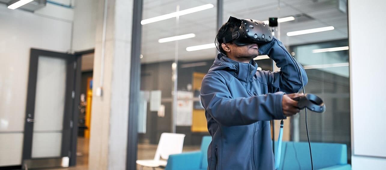 Un homme utilisant un casque de réalité virtuelle