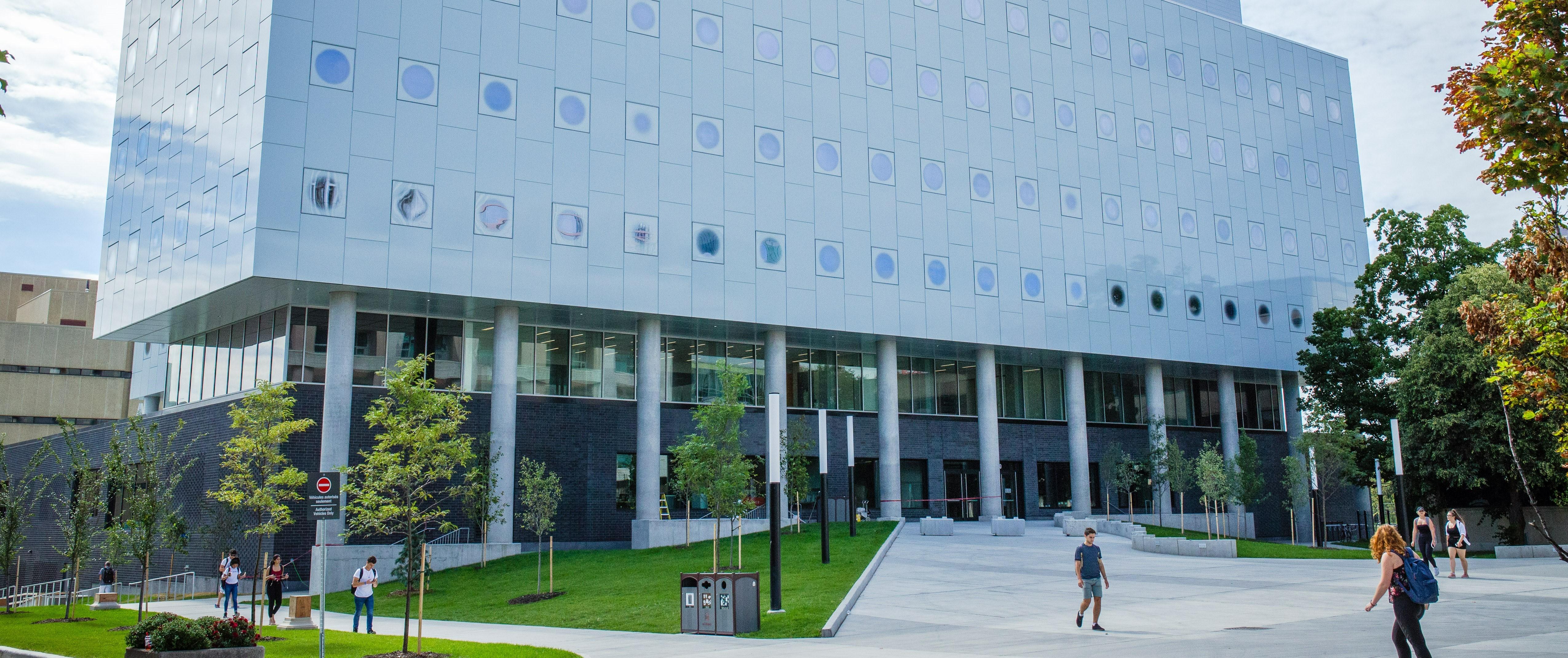 Étudiants qui marchent devant l'édifice STEM