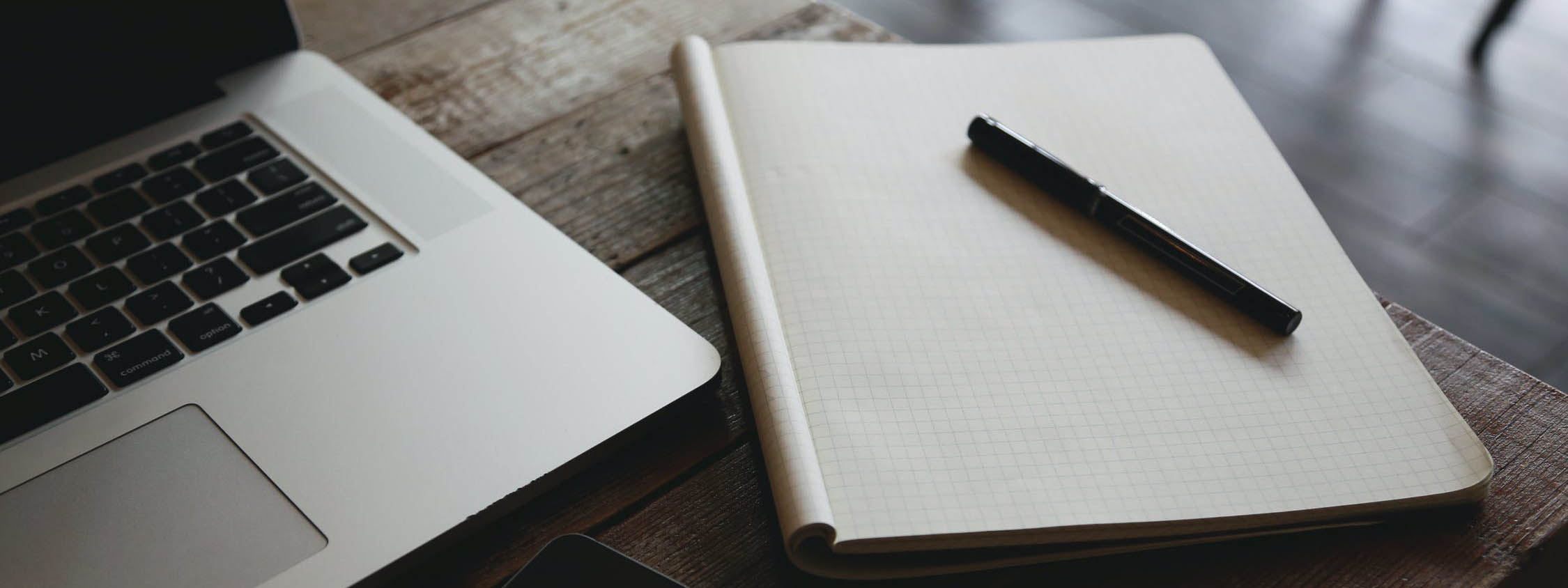 Un ordinateur portable et un cahier sur une table