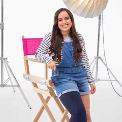 Une jeune femme avec un handicap accotée sur une chaise