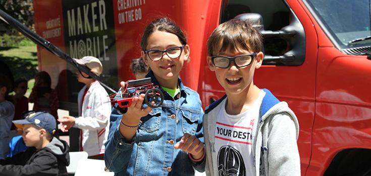 Deux enfants participants avec un groupe du Maker Mobile