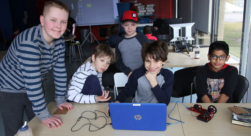 les étudiants en face de l'ordinateur
