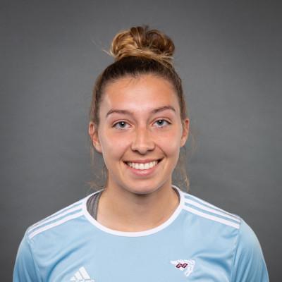 Une fille en uniforme de soccer