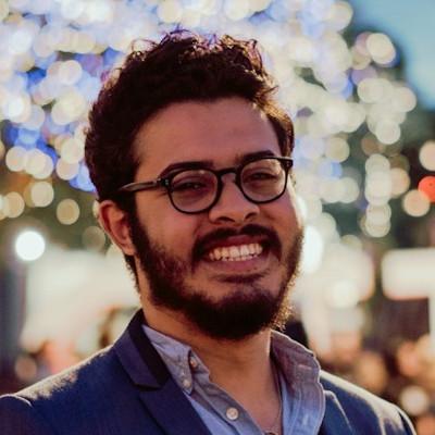 Un garçon souriant devant des lumières embrouillées