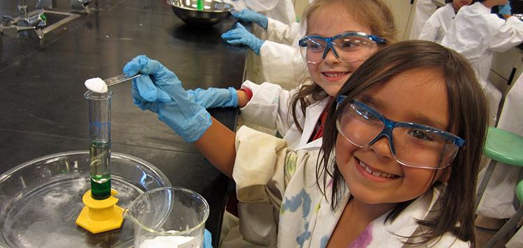 Deux filles en train de faire de la chimie